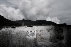 Finero (VB), Italia. Sul muro del cimitero, un cartello indica il luogo dove, il 23 giugno 1944 vennero fucilati 15 partigiani.